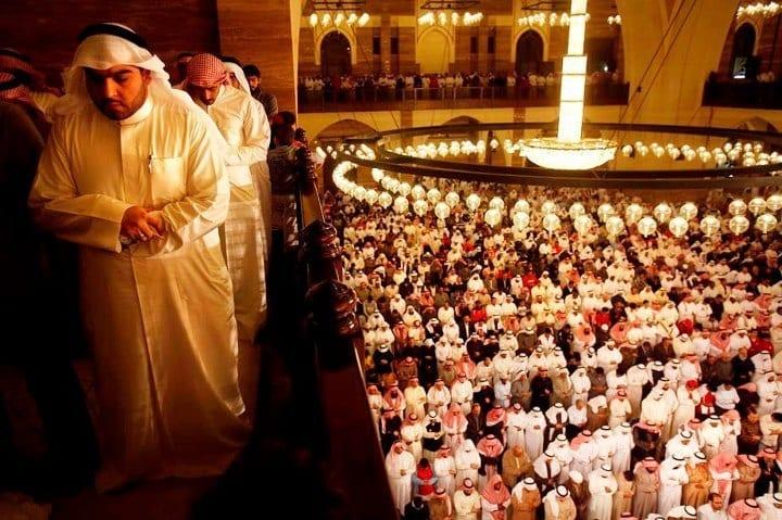 Avec une superficie de plus de 6.500 m², cet édifice qui peut recevoir 7.000 fidèles en même temps est l'une des plus grandes mosquées du monde et aussi l'une des principales attractions monumentales du petit royaume. Sa coupole est la plus grande coupole au monde entièrement en fibres de verre.