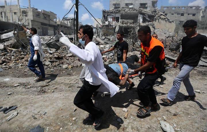 20 juillet 2014 Des médecins transportent un homme très grièvement blessé par un bombardement sur le quartier de Jabaliya à Gaza