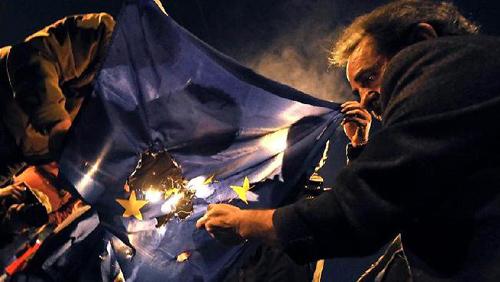 Manifestants grecs brûlant le drapeau européen