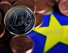 384324_des-euros-sur-un-drapeau-europeen