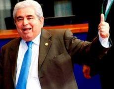 """Le président chypriote Demetris Christofias lève crânement un pouce victorieux : cette photo peut symboliser le bras d'honneur de Chypre à la troïka, qui semble dire """"Adieu !"""" à la """"construction européenne""""."""