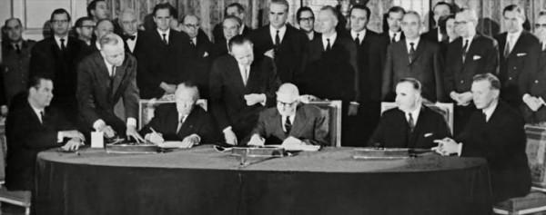 Signature du traité franco allemand 600x237 Le mythe du couple franco allemand   Traité de lElysée