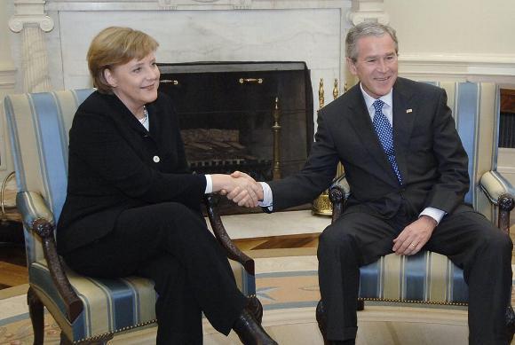 13 janvier 2006 : Peu de temps après son élection à la Chancellerie, Angela Merkel se rend à Washington pour confirmer au Président américain George W. Bush que la pseudo-alternance gauche/droite qui a eu lieu en Allemagne ne remet pas en cause l'Alliance germano-américaine signée par son prédécesseur.