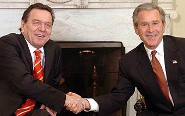 """27 février 2004 : Le Président américain George W. Bush et le Chancelier d'Allemagne Gerhard Schröder signent  l' Alliance germano-américaine pour le XXIe siècle  (""""Das deutsch-amerikanische Bündnis für das 21. Jahrhundert"""")"""