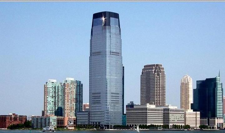 Ce gratte-ciel rutilant et imposant, situé dans le New Jersey, tout près de New York, est le siège mondial de Goldman Sachs. De façon symbolique, il écrase prétentieusement tout son environnement, y compris les autres gratte-ciels qui paraissent des nains à ses côtés.