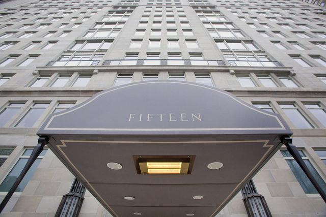 Comme nous l'apprend l'agence financière Bloomberg de New York, le PDG de Goldman Sachs réside dans l'immeuble du 15 Central Park West, dans une « copropriété d'ultra-luxe » (« ultra luxury condo »). Un autre PDG américain (M. Leroy Schecter, PDG de Marino/Ware Industries Inc.), vient d'acheter un appartement de 5 pièces au 35ème étage de cet immeuble pour la modeste somme de 95 millions de dollars ( soit environ 73 millions d'euros ) [source : http://www.bloomberg.com/news/2012-08-17/manhattan-s-15-central-park-west-fuels-ultra-luxury-condo-surge.html ]