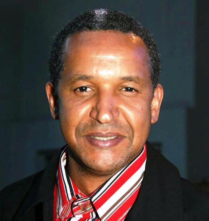 Abderrahmane SISSAKO est un cinéaste et producteur mauritanien, né en 1961 à Kiffa en Mauritanie et installé en France depuis plus de 20 ans. Le thème principal de son œuvre est l'exil, le déplacement.Peu de temps après sa naissance, sa famille émigra au Mali, où il suivit une partie de ses études primaires et secondaires. Après un court retour en 1980 en Mauritanie, il part en Union Soviétique, à Moscou, où il étudie le cinéma de 1983 à 1989. Au début des années 1990, Abderrahmane Sissako s'installe en France. En 1994, Il obtient, lors du 4e Festival du cinéma africain de Milan, le Prix du meilleur court métrage pour son film Octobre. En 1999, lors de la 9e édition de ce même festival, il reçoit le Prix du meilleur long métrage pour La Vie sur terre, tourné l'année précédente. Il a été président du jury du festival Premiers Plans d'Angers en janvier 2007, membre du jury des longs-métrages au Festival de Cannes 2007 et président du concours d'entrée à la Fémis l'année suivante.