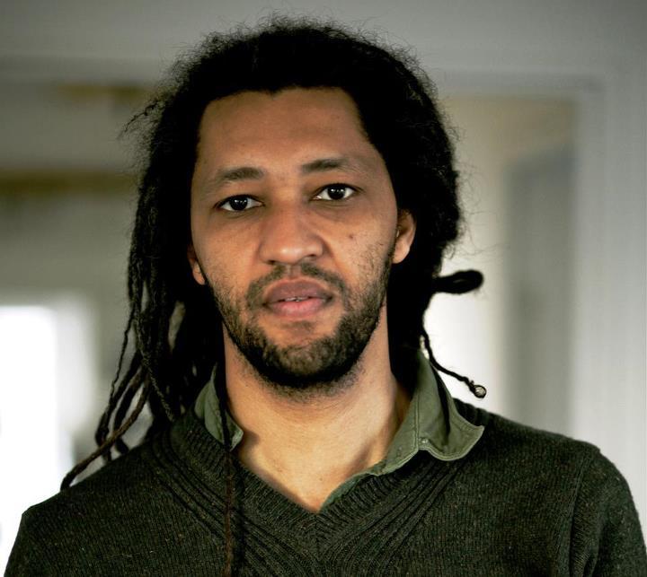 Alain GOMIS est un scénariste et réalisateur franco-sénégalais, né à Paris en 1972 d'un père sénégalais et d'une mère française. Il a étudié l'histoire de l'art est est titulaire d'une maîtrise d'études cinématographiques à la Sorbonne. Il a ensuite animé des ateliers vidéo pour la ville de Nanterre où il a réalisé des reportages, notamment sur la jeunesse issue de l'immigration.  En 2001, il tourne L'Afrance, qui obtient l'année suivante le Prix du public lors du 12e Festival du cinéma africain de Milan. Il a été invité en 2012 au Festival international du film de Seattle dans le programme Emerging Masters.