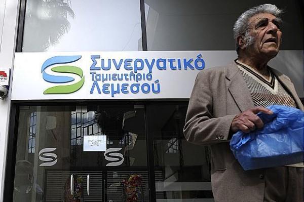 Dès l'annonce du racket officiel, les titulaires de comptes bancaires n'ont plus été en mesure de retirer leur argent.