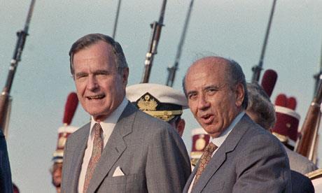 """Carlos Andrés Pérez fut réélu Président du Venezuela - avec le plein soutien des États-Unis - une seconde fois en 1989 pour un mandat de 5 ans. Il n'allait pas le terminer et dut démissionner le 21 mai 1993, trois semaines après qu'il nous ait reçus dans son bureau barricadé de la présidence de la République. On le voit ici aux côtés de son mentor américain George H. Bush, père de """"W."""", Président des États-Unis du 20 janvier 1989 au 20 janvier 1993. C'est pendant ce second mandat qu'Hugo Chávez, alors âgé de 38 ans, déclencha une tentative de coup d'État contre Carlos Andrés Pérez, le 4 février 1992. La tentative échoua et Hugo Chávez alla méditer son échec en prison pendant 2 ans. Il fut libéré le 26 mars 1994 par le Président Rafael Caldera."""