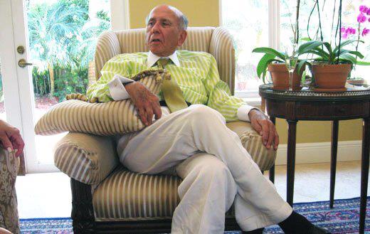 Carlos Andrés Pérez réfugié dans sa somptueuse villa de Miami (Floride) au début des années 2000. C'est là qu'il mourut en 2010 - aux États-Unis donc - entouré de sa famille comme un chef de la mafia, mais sous l'opprobre de tout son peuple. Mis à part les quelques milliers de Vénézuéliens, bien sûr, qu'il avait arrosés de largesses. L'ancien Président vénézuélien vécut ainsi les dix dernières années de sa vie, dans le luxe misérable procuré par ses « comptes secrets », alimentés par les détournements de fonds en tout genre auxquels il s'était livré pendant qu'il était chef d'État. Alimentés, sans doute aussi, par les services américains appropriés. À l'annonce de son décès, les grands médias occidentaux ne lui consacrèrent que quelques lignes fort discrètes, et pas le torrent de boue qu'ils viennent de jeter sur le corps encore chaud d'Hugo Chávez...