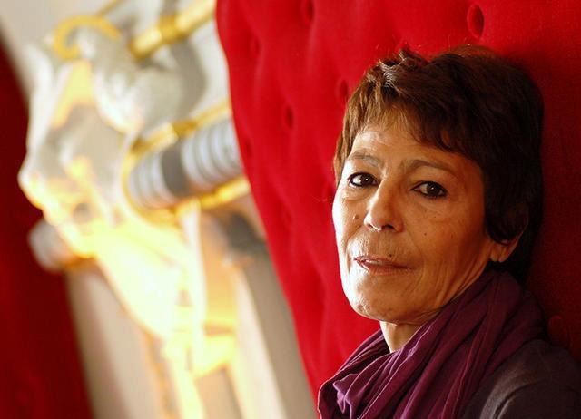La cinéaste algérienne était extrêmement émue au moment de recevoir sa récompense.