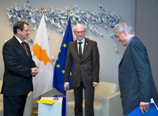 De gauche à droite : M. Nicos ANASTASIADES, Président de la République de Chypre, M. Herman VAN ROMPUY, Président du Conseil européen, et M. Michael SARRIS, ministre des finances de la République de Chypre. Tous ces messieurs semblent savourer l'idée du racket organisé sur les déposants chypriotes. Le ministre des finances de Chypre paraît même avoir du mal à ne pas éclater de rire.