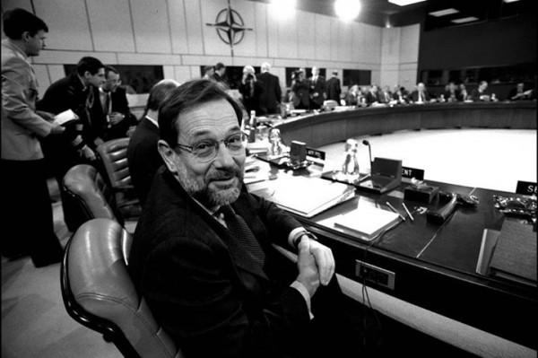 """Javier Solana Madariaga au siège de l'OTAN, situé à Bruxelles. """" Charles Quint """" : De la géopolitique bien comprise à la déformation de l' Histoire"""