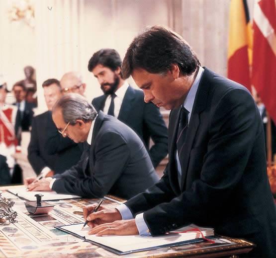 Felipe González signe l'acte d'adhésion de l'Espagne à la Communauté économique européenne le 1er janvier 1986 au Palais royal d'Orient, à Madrid ; De la géopolitique bien comprise à la déformation de l' Histoire