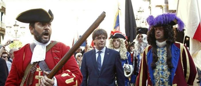 Le président de la Généralité de Catalogne, Carles Puigdemont (au centre), lors de la Diada 2016, entouré de personnages en costumes de 1714, date de la prise de Barcelone par les troupes du roi d'Espagne Philippe v.