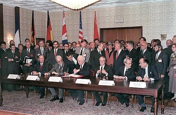 """Im Moskauer Hotel """"Oktober"""" unterzeichneten am 12. September 1990 die Außenminister der beiden deutschen Staaten und der vier Siegermächte den Vertrag über die äußeren Aspekte der deutschen Einheit (l-r): James Baker (USA), Douglas Hurd (Großbritannien), Eduard Schewardnadse (UdSSR), Roland Dumas (Frankreich), Lothar de Maiziere (DDR), Hans-Dietrich Genscher (BRD). Nach rund 45 Jahren erhält Deutschland seine volle Souveränität zurück."""