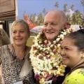 Accueil spectaculaire de François Asselineau par les adhérents de l'UPR à son arrivée à Tahiti