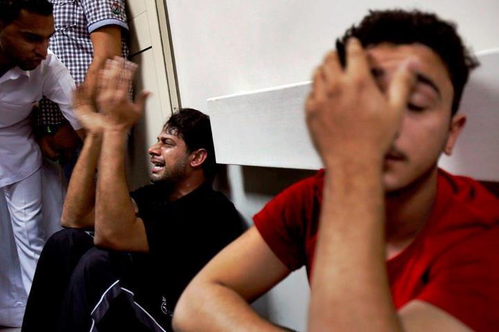 21 février 2011 : Les proches d'Abdulrheda Mohammed en sanglots dans les couloirs de la morgue de Manama.