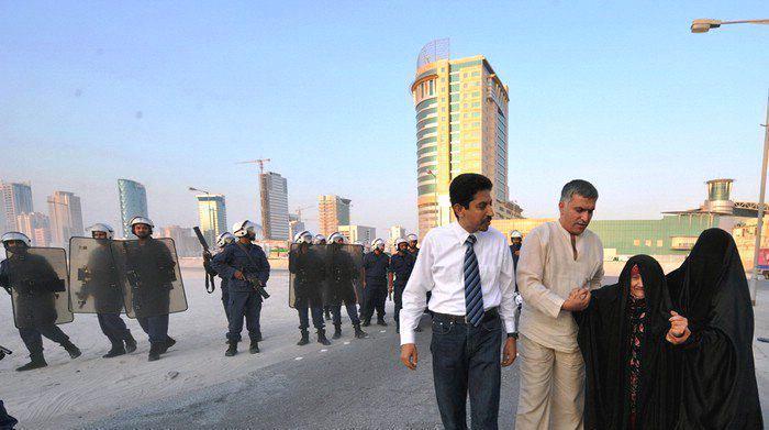 Nabil Rajab et Abdulhadi Alkhawaja aidant une vieille femme après l'intervention musclée de la police contre une manifestation pacifique en août 2010.