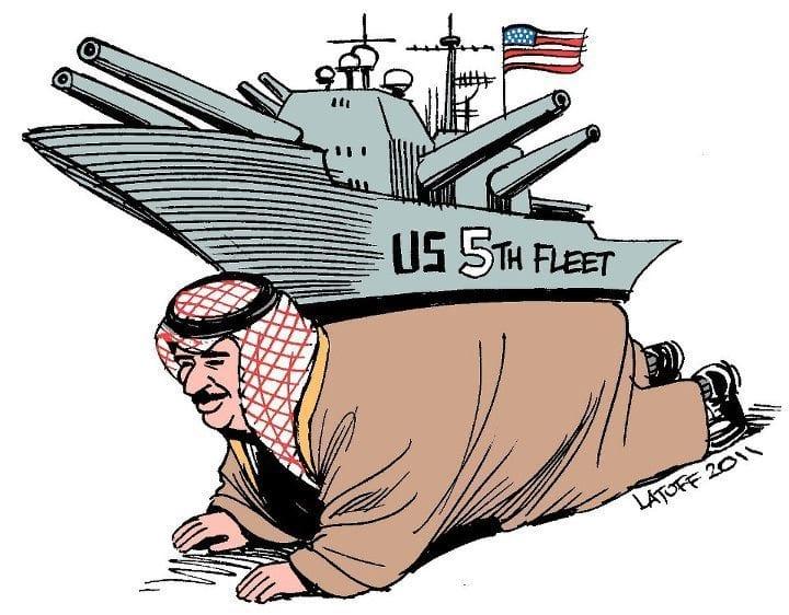 Cette caricature représente le roi du Bahreïn portant le fardeau d'un porte-avions de la Ve Flotte américaine. La Cinquième flotte des États-Unis, qui avait été créée le 26 avril 1944 et supprimée en janvier 1947 fut recréée le 1er juillet 1995, suite à la Première guerre du Golfe. Elle fut chargée des forces navales au Moyen-Orient, charge qui incombait auparavant à la VIIe flotte qui était également chargée de l'océan Indien et du Pacifique Ouest. Son quartier général (NSA Bahrain) se trouve à Manama, capitale du Bahreïn.