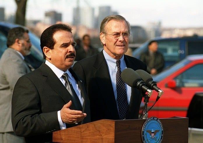 4 février 2003 : un an et demi après les attentats du 11 septembre 2001, le roi Hamad bin Issa Al Khalifa du Bahreïn est en visite à Washington, où il est reçu au Pentagone : il répond ici à la presse, en compagnie du Secrétaire à la Défense Donald Rumsfeld.