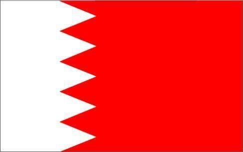 """Le drapeau national du Bahreïn a été adopté par phases successives entre 1820 et 2002. La dernière version ne compte plus que 5 pointes blanches sur le côté, qui représentent les """"Cinq Piliers de l'Islam"""" ( c'est-à-dire les 5 obligations rituelles : profession de foi, prière cinq fois par jour, aumône, ramadan et pèlerinage à La Mecque)."""