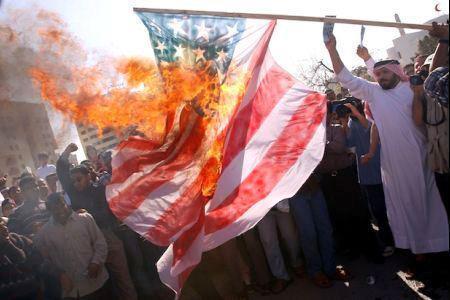 Des manifestants brûlent le drapeau américain pendant l'une des émeutes qui ont émaillé la vie politique du Bahreïn depuis un an et demi.