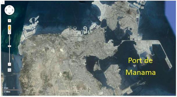 Sur cette photo de la ville de Manama prise par satellite, on voit clairement - à l'est - l'immense plan d'eau d'une dizaine de kilomètres de large, abrité par quelques puissantes jetées, qui constitue le port de la Ve Flotte américaine. Au-dessus on peut distinguer la longue piste de l'aéroport international, situé à la pointe nord-est.