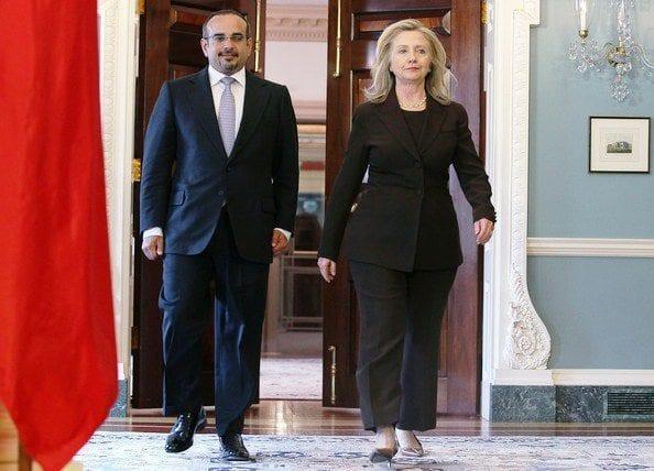 9 mai 2012 : la Secrétaire d'État Hillary Clinton reçoit d'un air décidé au département d'État le prince Salman bin Hamad bin Isa Al-Khalifa. À l'évidence, Washington a fait son choix.