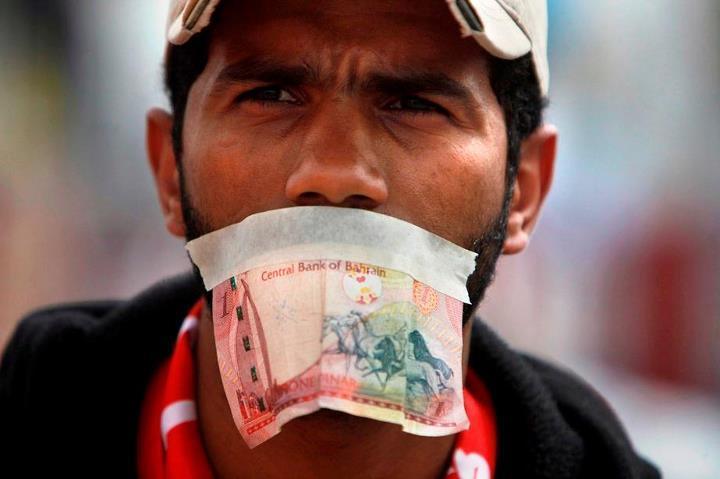 Sur Pearl Square, ce manifestant a scotché un billet de banque bahreïni sur sa bouche pour dénoncer le pouvoir de l'argent qui a muselé tous les médias dans le royaume.