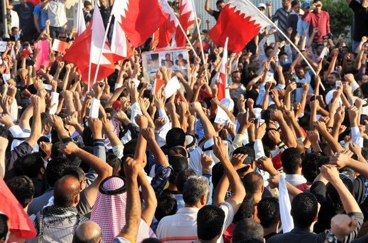 4 mars 2011 : Nouvelle et grande manifestation à Manama : les manifestants portent le cercueil symbolique, avec des photos dessus, des manifestants qui sont morts du fait des violences policières lors des manifestations précédentes.