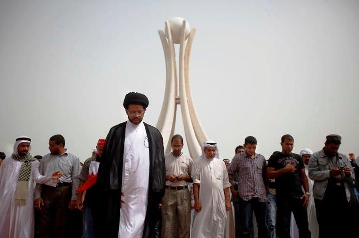 La prière du midi sur Pearl square est l'occasion d'une manifestation antigouvernementale. On reconnaît au premier plan un membre du clergé chiite.