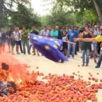 Espagne des paysans brûlent leurs fruits et le drapeau européen pour protester contre les sanctions contre la Russie