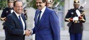 """François Hollande accueille l'émir du Qatar, Sheikh Hamad ben Khalifa al-Thani, à l'Élysée le 22 août 2012. C'est bien le même émir que sur la photo précédente : mais il a suivi un régime et a troqué son """"bisht"""" traditionnel pour un complet veston occidental."""