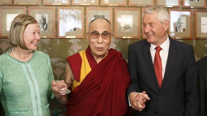 Le Dalaï Lama entouré de Thorbjørn Jagland et de Kaci Kullman