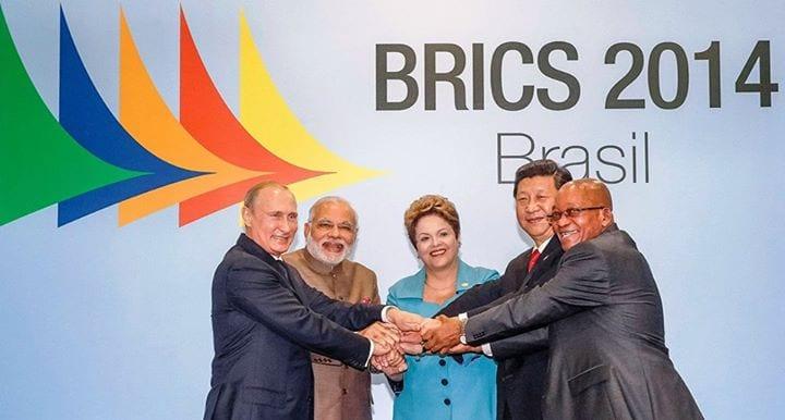 dirigeants-des-5-pays-du-BRICS-réunis-en-sommet-à-Fortaleza-au-Brésil-le-15-juillet-2014