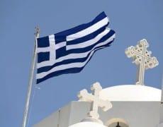 Greece: Naxos.  Drapeau grec et église orthodoxe de Chora sur l'île de Naxos dans les Cyclades en Grèce. Mer Egée.