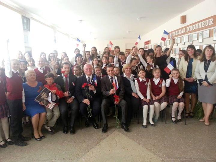 Le corps enseignant et la cinquantaine de jeunes élèves nous ont réservé un accueil extrêmement chaleureux tellement ils se sentent attirés par la culture française mais rejetés par la France.