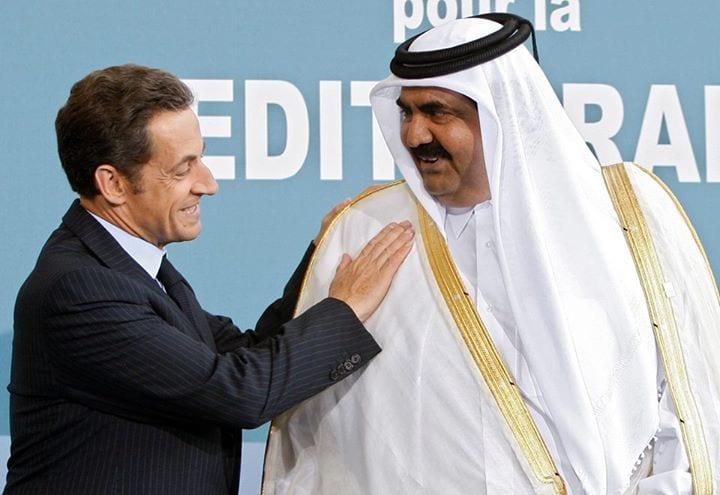 """Sommet euro-méditerranéen du 20 juin 2013 : Nicolas Sarkozy, se prenant pour un majordome, époussette et vérifie que le """"bisht"""" (vêtement traditionnel) de l'émir du Qatar, Sheikh Hamad ben Khalifa al-Thani, n'a pas de faux pli..."""