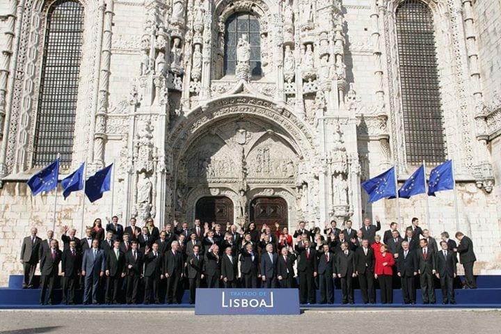 Signature du nouveau traité à Lisbonne le 13 décembre 2007 entre les vingt-sept États membres de l'Union européenne.