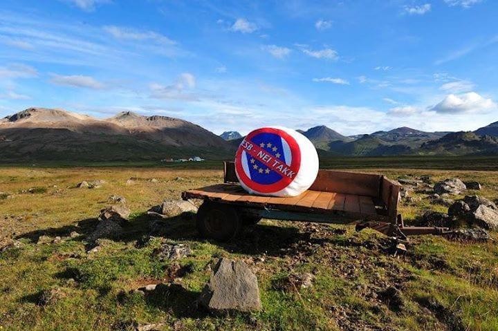 Au milieu de la grandeur sauvage de la nature islandaise, un simple citoyen manifeste son refus de l'UE par ce panneau